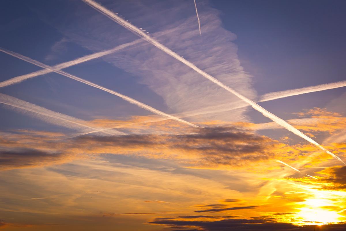 Traînées d'avion dans le ciel