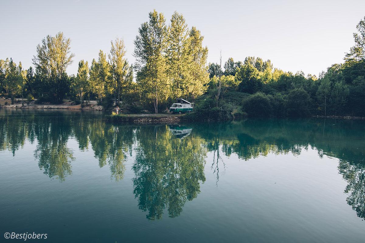 Van au bord du lac
